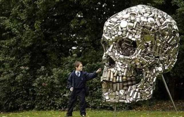 Скульптура из алюминиевых банок