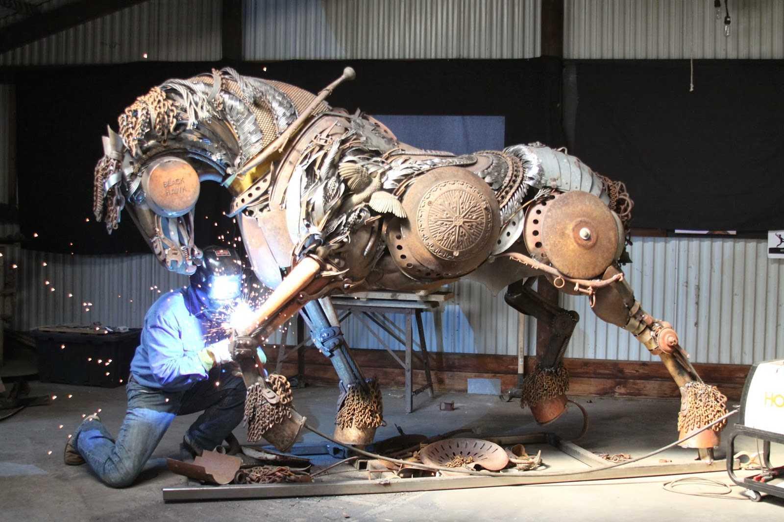 скульптуры из лома черных металлов