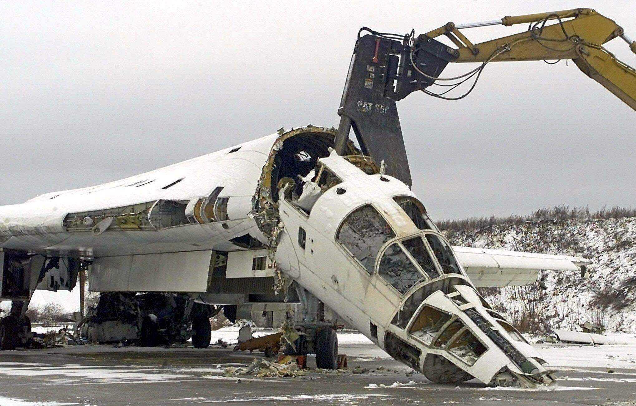 демонтаж самолета гидравлическими ножницами