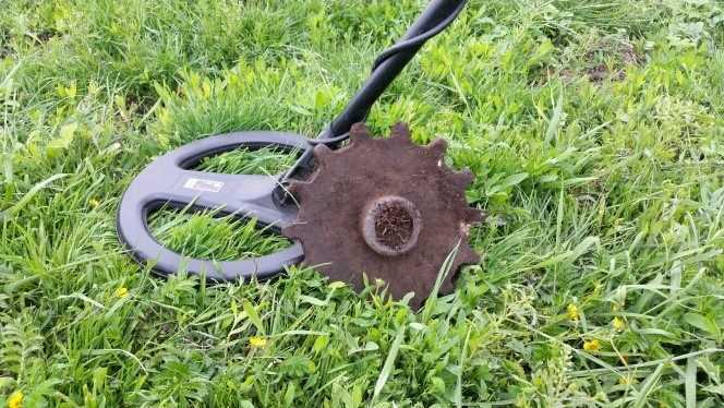 поиск чермета с металлоискателем в поле