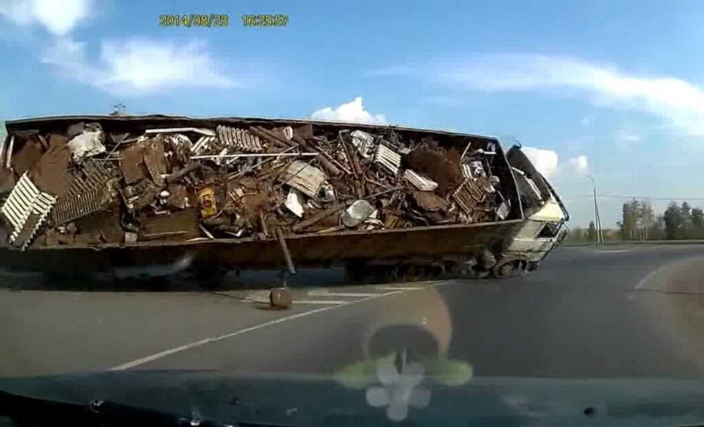 Вот что бывает, если перевозить металлолом не в ломовозе