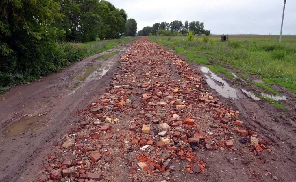 Дорога до удаленного села отсыпана боем кирпича - быстро, надежно и экономично