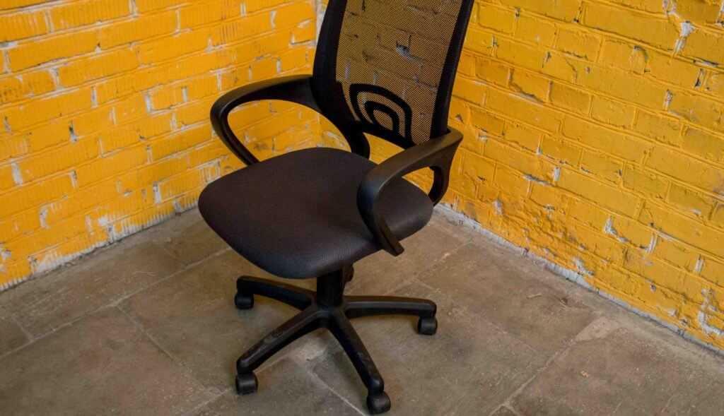 кресло с мусора
