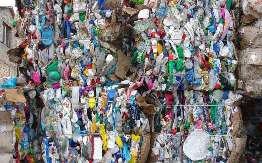 Флаконы из под бытовой химии спрессованные, готовые к переработке