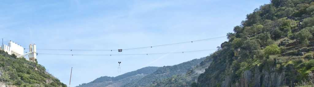 Кабельный кран - на фото используется во время строительства дамбы