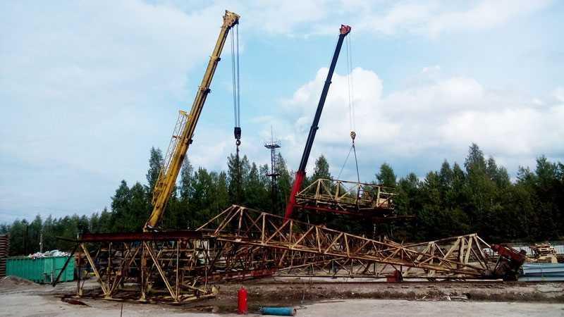 После того, как кран уложен на землю - его останется разрезать в нужные размеры и увезти на базу металлолома