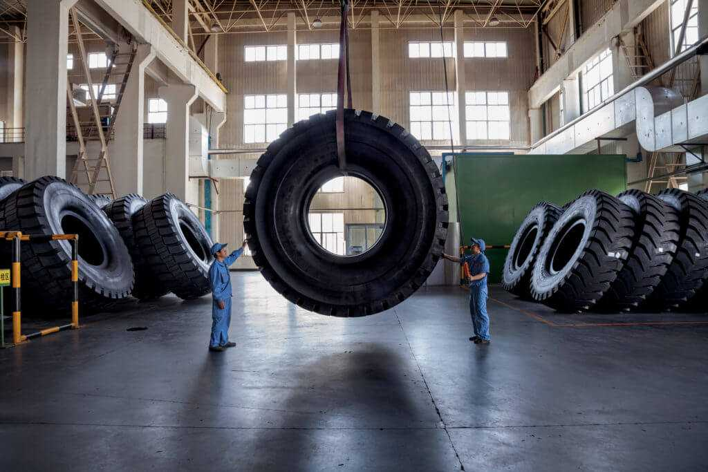 Утилизация таких огромных шин ничем не отличается от обычных автомобильных шин