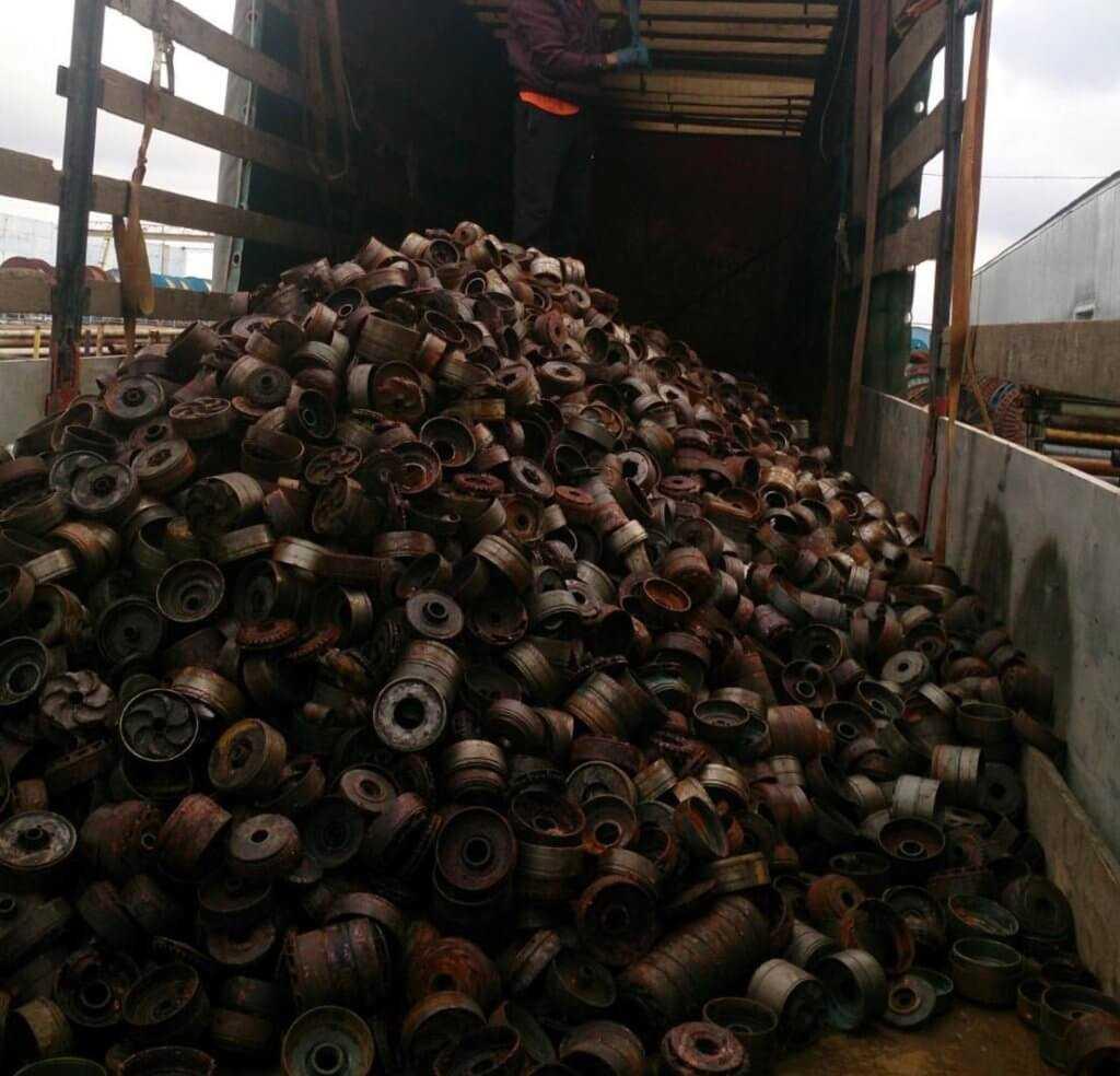 На фото: Лом нирезиста в виде б/у нефтяного оборудования