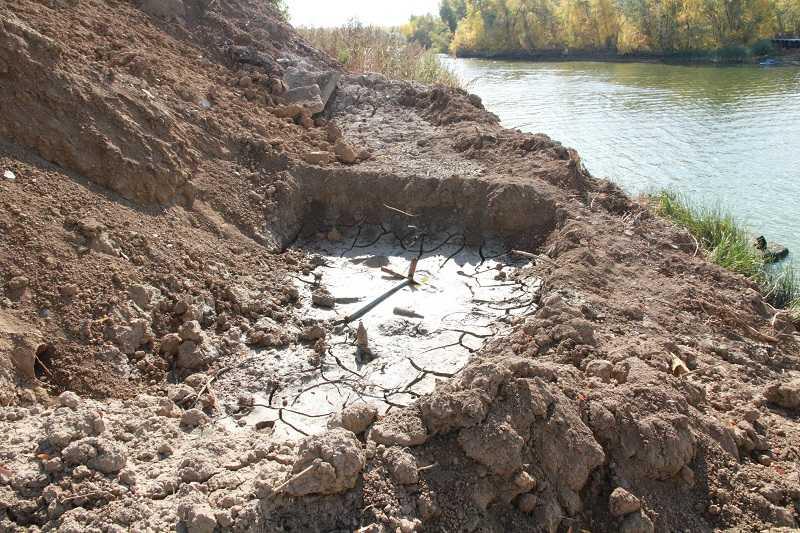 На фото: буровой шлам на берегу угрожает экологии реки