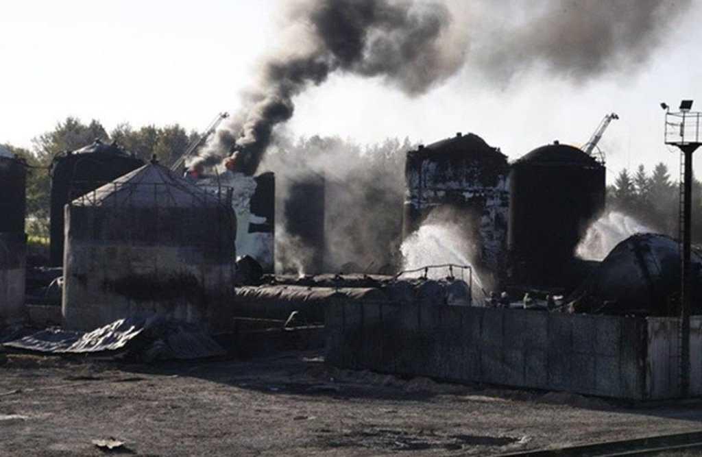 Можно избавиться от нефтепродуктов методом сжигания - если это не вредит окружающей среде и согласовано с местной администрацией