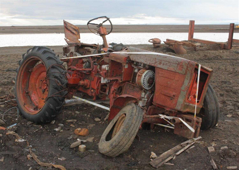 Брошенный трактор на Земле Александры