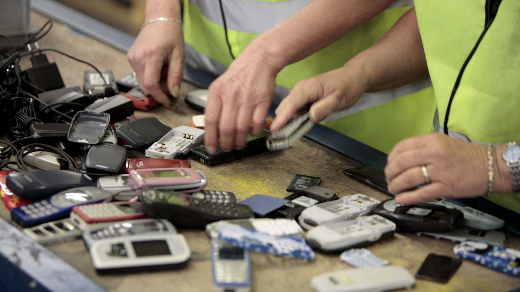 Старые мобильные телефоны тоже относятся к оргтехнике