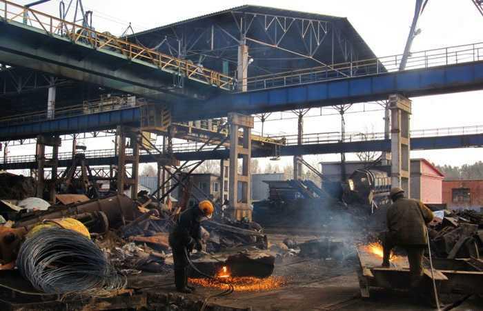 Разделка металлолома в копровом цехе
