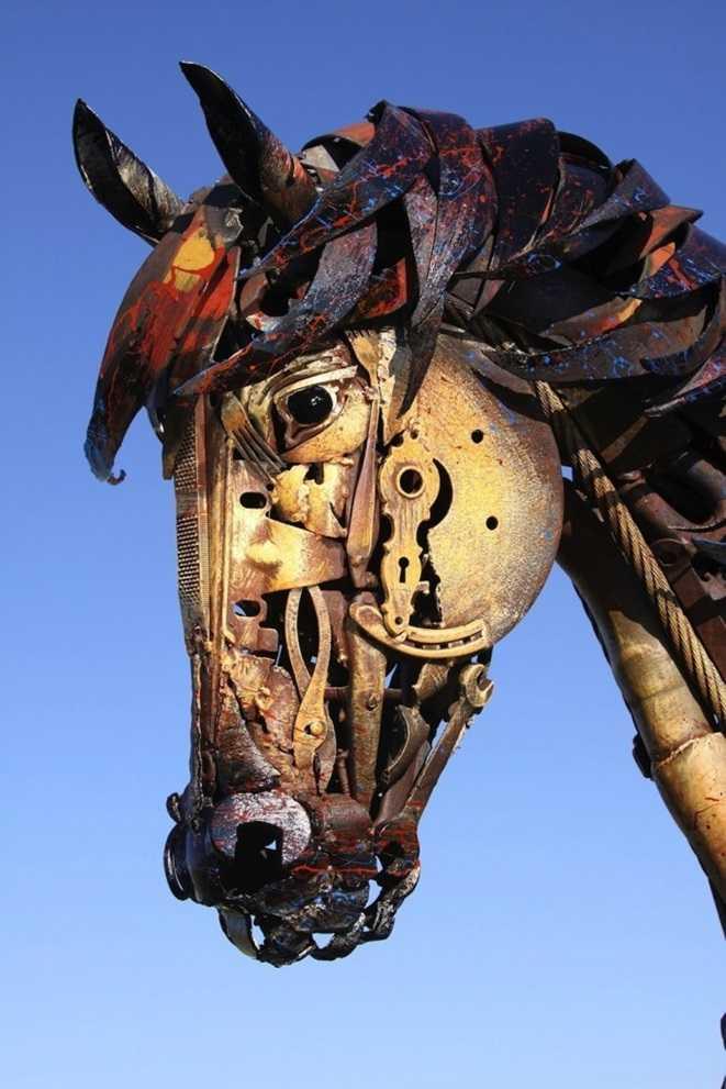 еще одна скульптура из металлолома