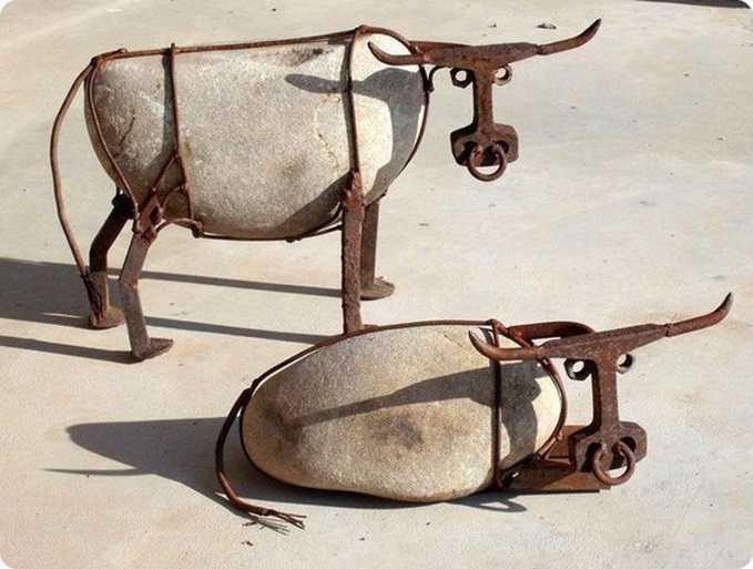 скульптура камни и ржавый металлолом