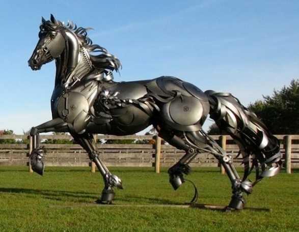 скульптура лошадь из металлолома