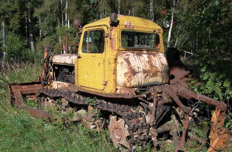 брошенный трактор на поле
