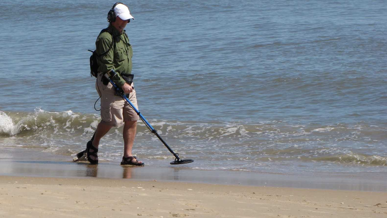 Поиск металлолома на пляже