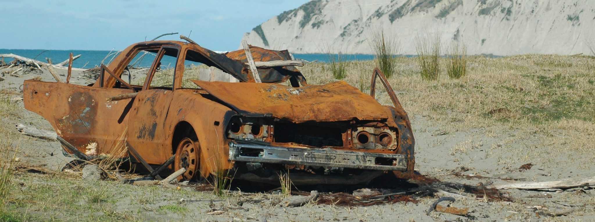 ржавый автомобиль на пляже