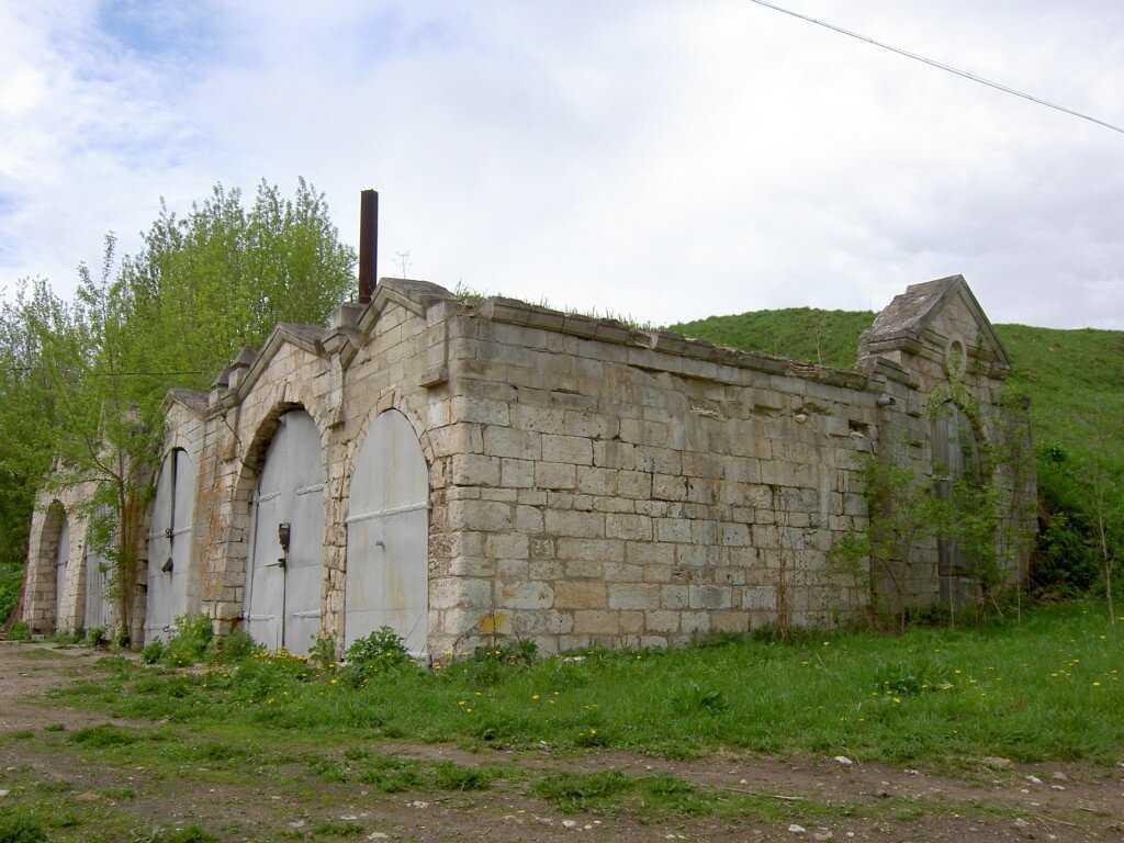 Старые кузницы - если место брошенное или не охраняемое то вполне можно поискать чермет и в этом месте