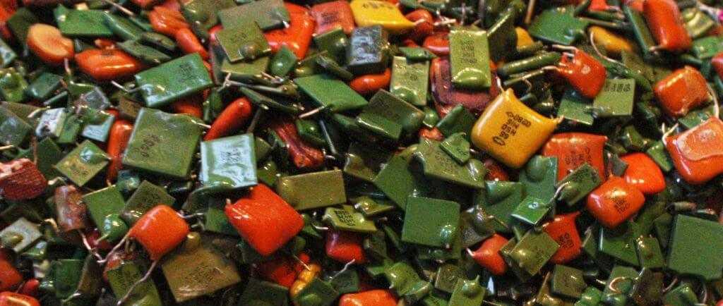 Керамические конденсаторы разных марок и цветок