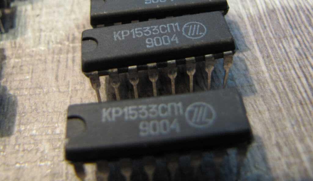 Лом радиодеталей и серия микросхем 1533