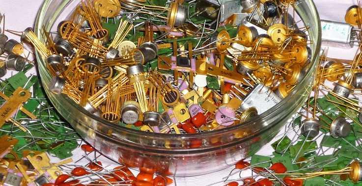 различные микросхемы с золотым покрытием