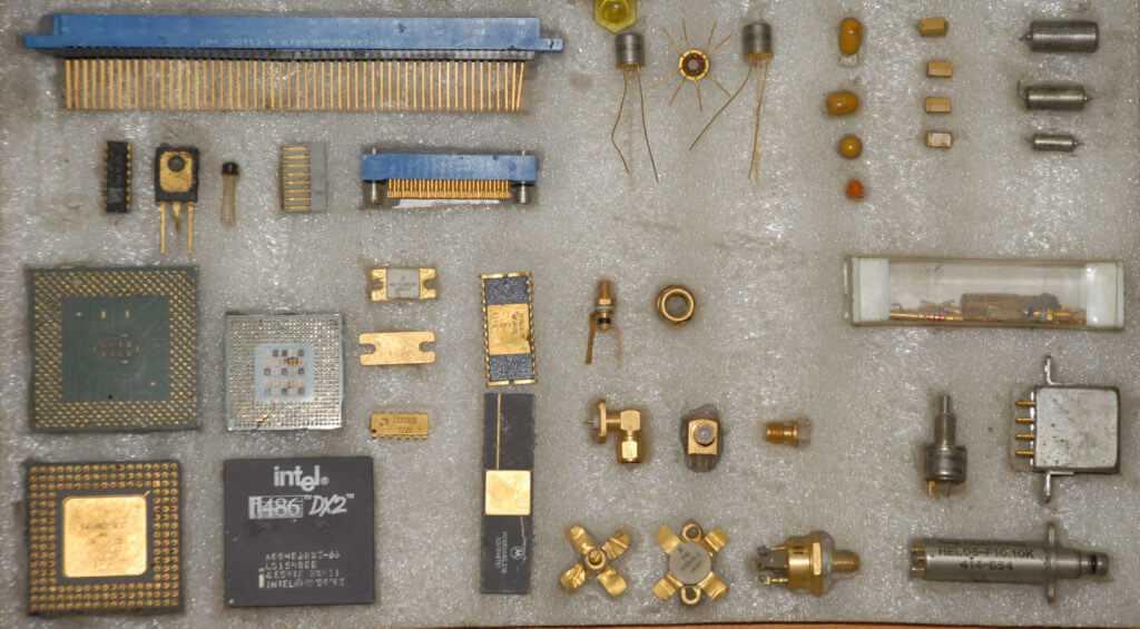 Детали компьютера, которые содержат золото