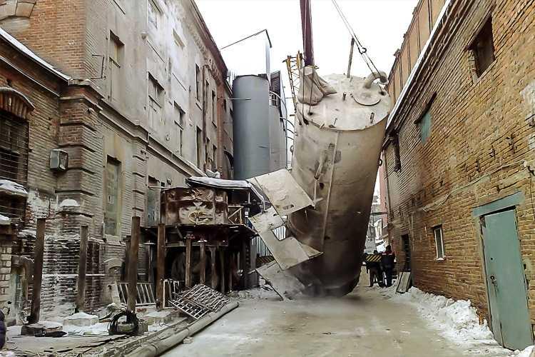 Очень часто демонтаж металлоконструкций сопровождается демонтажем зданий и сооружений (и наоборот)