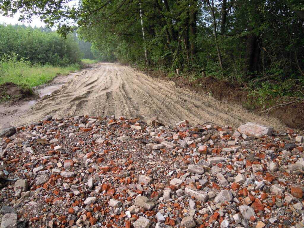Дорога, засыпанная строительным ломом