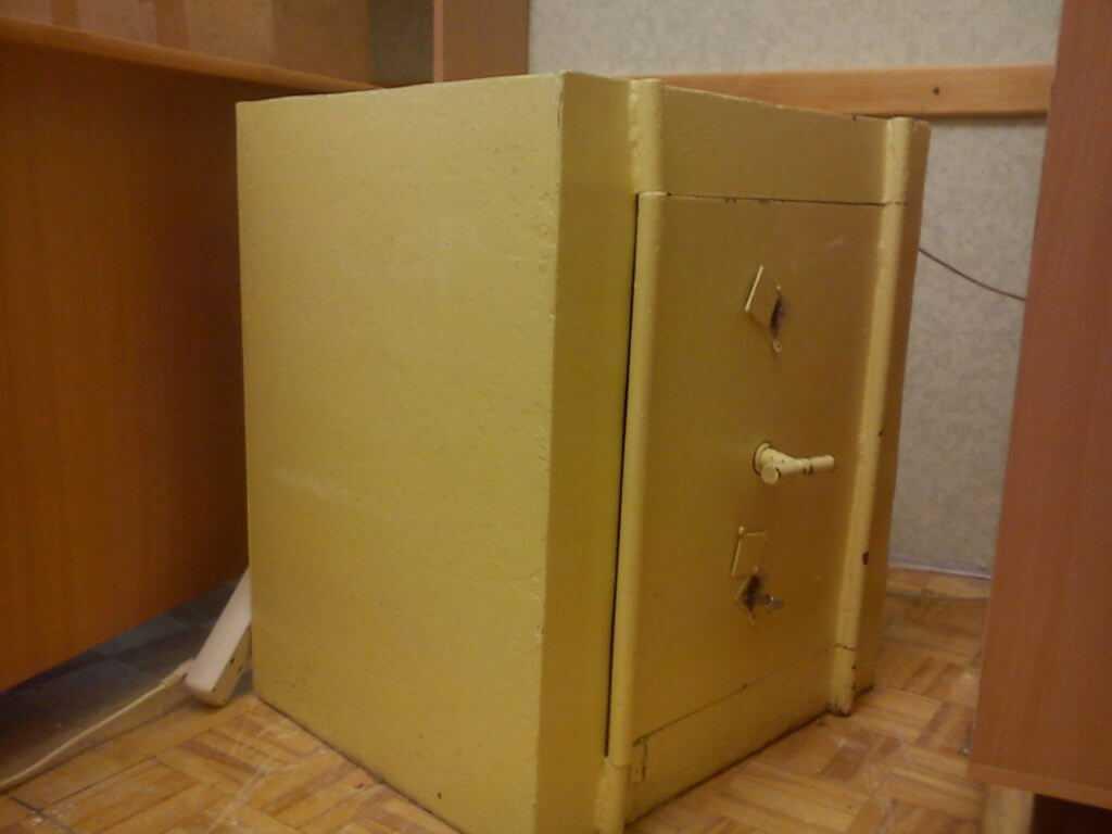 Старый сейф, если есть ключ - то вполне можно использовать и дальше еще лет 100 - тоже деловой лом