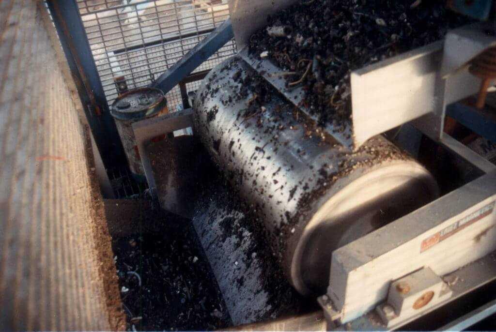 Сортировка стружки и мусора на магнитном сепараторе
