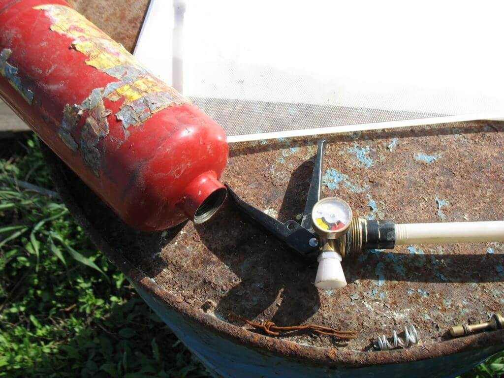 Разобранный огнетушитель