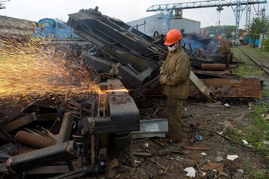 Сортировка металлолома по габаритам для последующей переработки