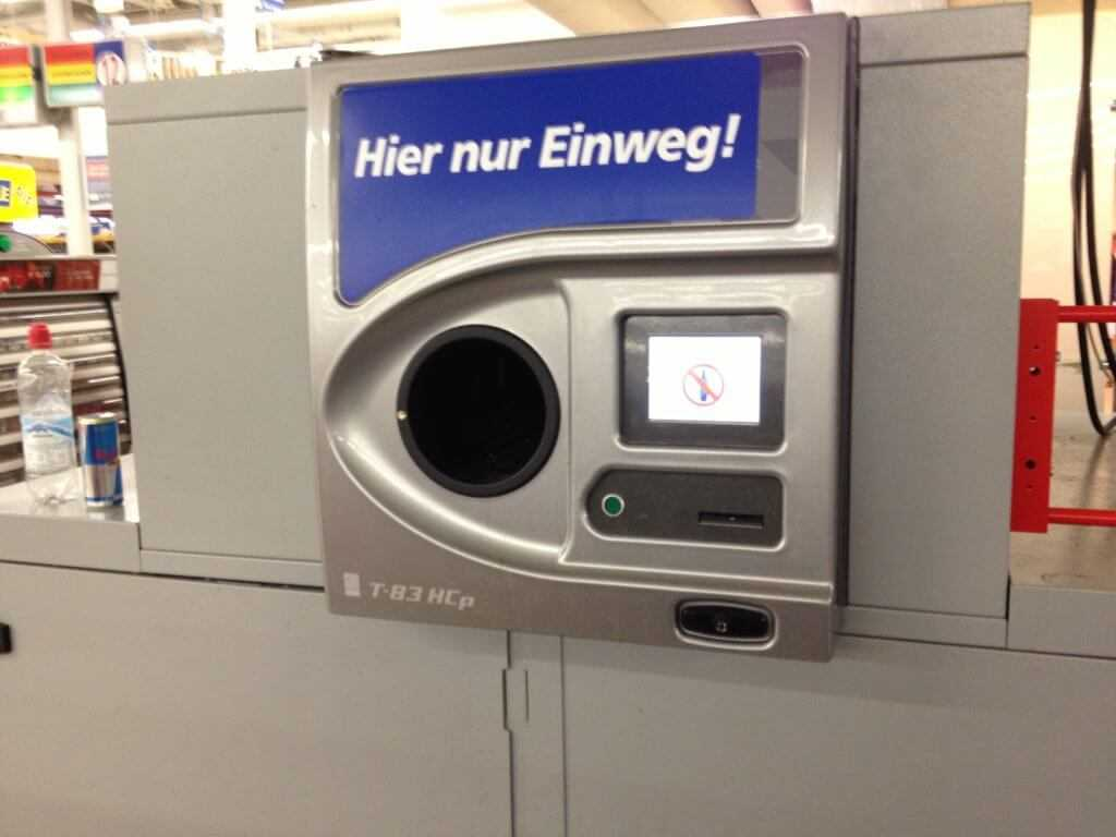 В развитых странах существуют автоматы для приема алюминиевых банок, которые не просто забирают банку, а еще и платят за каждую сданную единицу
