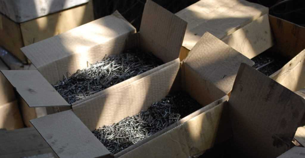 Бракованные гвозди отправляются в металлолом