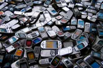 лома телефонов 330x220 - Утилизация и переработка мобильных телефонов