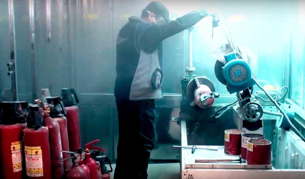Один из способов утилизации (обезвреживание) баллонов огнетушителя - разрезание баллона на станке