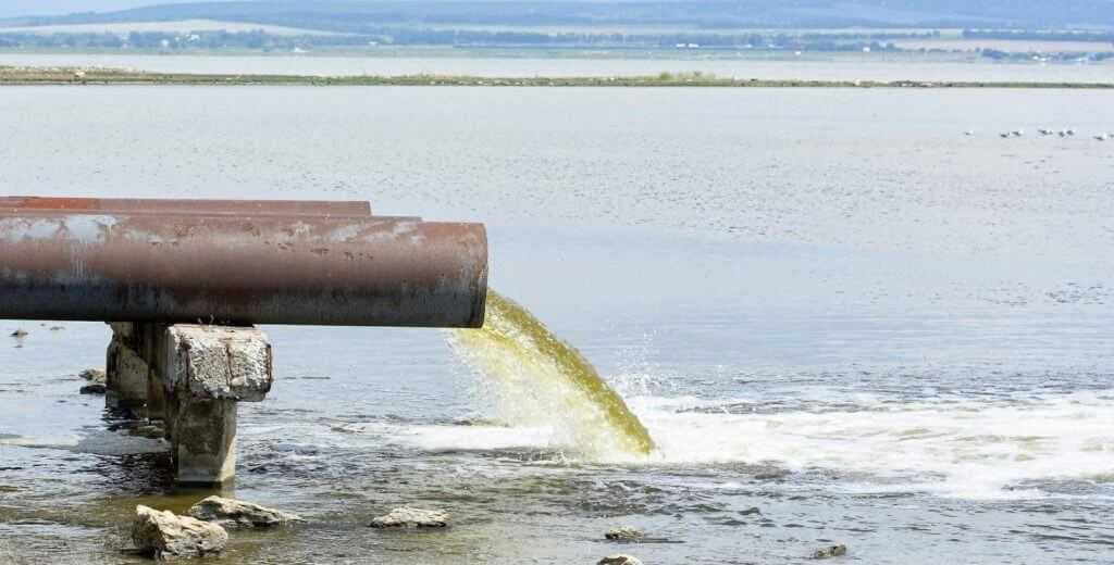трубы льют грязь в водоем