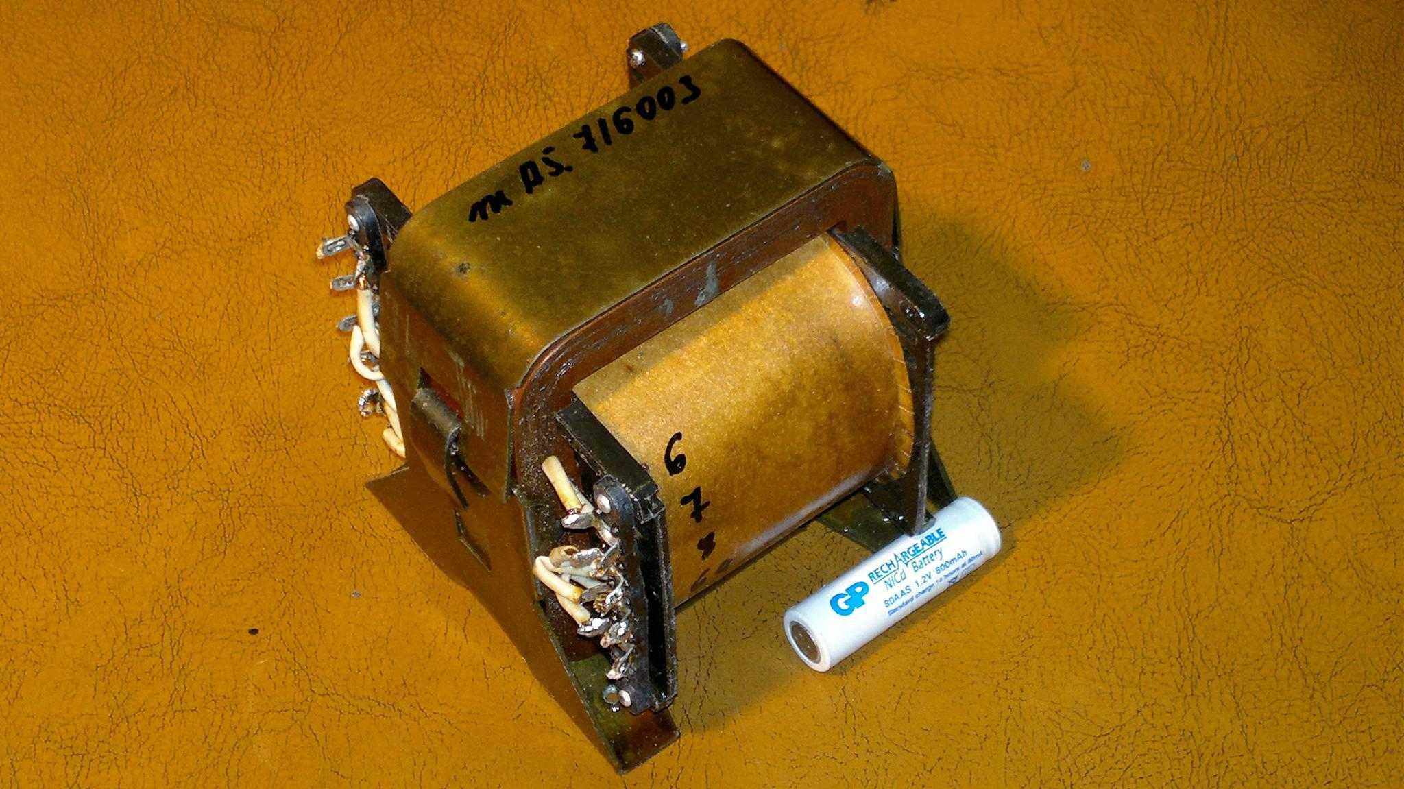 """Внутри этого трансформатора находится сердечник из трансформаторной стали и склеенных букв """"Е"""""""