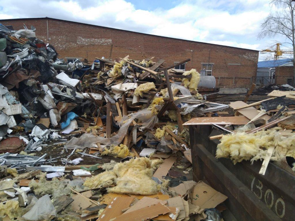 Металлолом с мусором после демонтажа бытовок