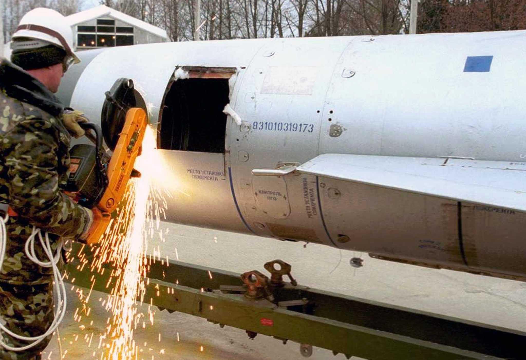 демонтаж корпуса ракеты во время утилизации
