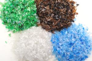 хлопья 300x200 - Как организовать бизнес по переработке пластика в России? Примеры проектов