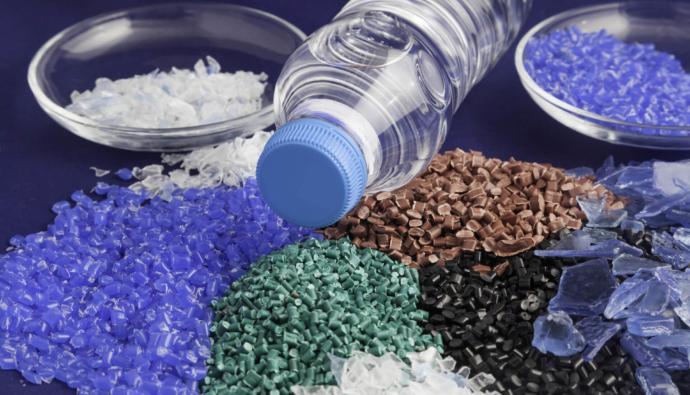 biznes pererabotka plastika 1 18100941 690x395 - Как организовать бизнес по переработке пластика в России? Примеры проектов